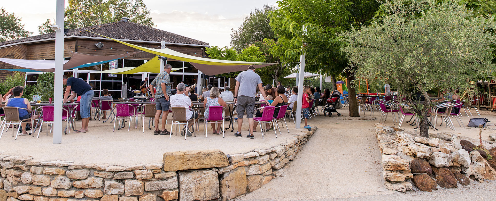Camping l'Évasion's bar located in the Quercy