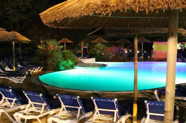 Piscine et espace aquatique camping puy l v que dans le for Camping cahors piscine